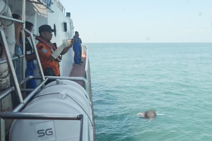 Tim SAR Gabungan Temukan Jasad Perempuan Bercelana Biru Motif Bunga di Selat Malaka