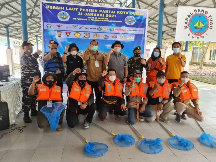 Kelompok Pecinta Alam Hang Tuah Bersama Mitra Kerja Bersih Laut Pesisir Pantai Dumai