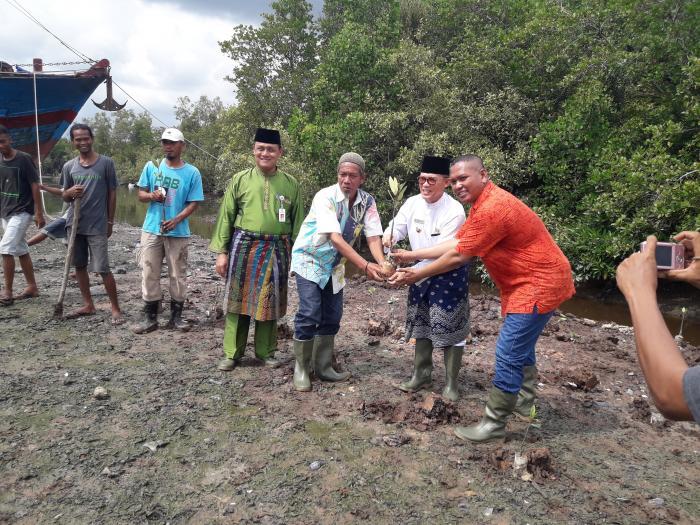 PT Nagamas Tanam Mangrove di Sungai Dumai