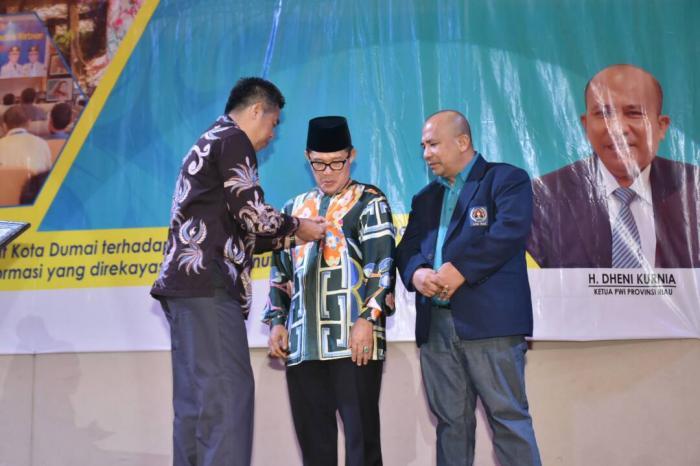 Walikota Dumai Terima Pin Emas HPN Riau 2017