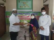 PT Nagamas Palmoil Lestari Serahkan 100 Paket Bantuan Ramadhan di Keluruhan Buluh Kasap
