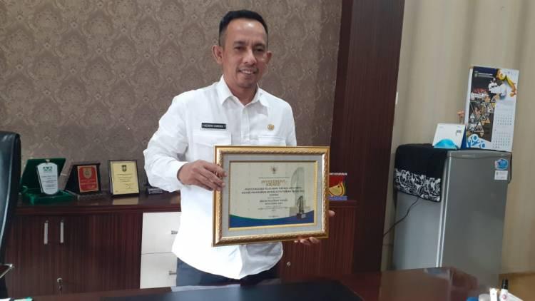 Hendri Sandra Terima Penghargaan Realisasi Investasi Dumai Tertinggi di Sumatera