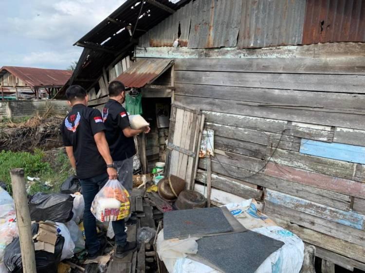 'Dumai Berbagi' SC 234 Bersama Polres Serahkan Sembako untuk Warga Terdampak Covid 19