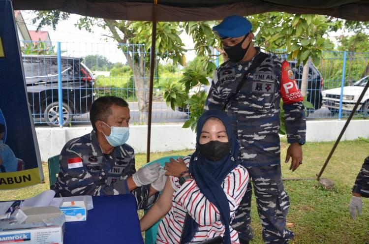 TNI AL: VAKSINATOR BP PANGKALAN TNI ANGKATAN LAUT DUMAI TAK KENAL LELAH SUNTIKKAN VAKSIN KE MASYARAKAT KOTA DUMAI