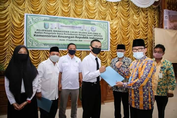 Walikota Dumai Lepas Mahasiswa Beasiswa Apkasindo