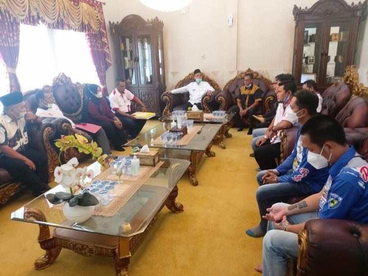 Lepas Tiga Atlit PON XX Papua, Walikota Dumai Berikan Sagu Hati