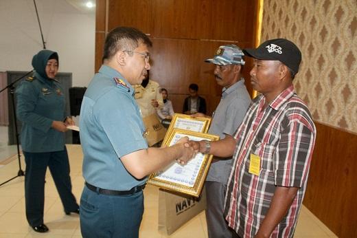 Nelayan Temukan M 16, Terima Penghargaan Danlanal Dumai