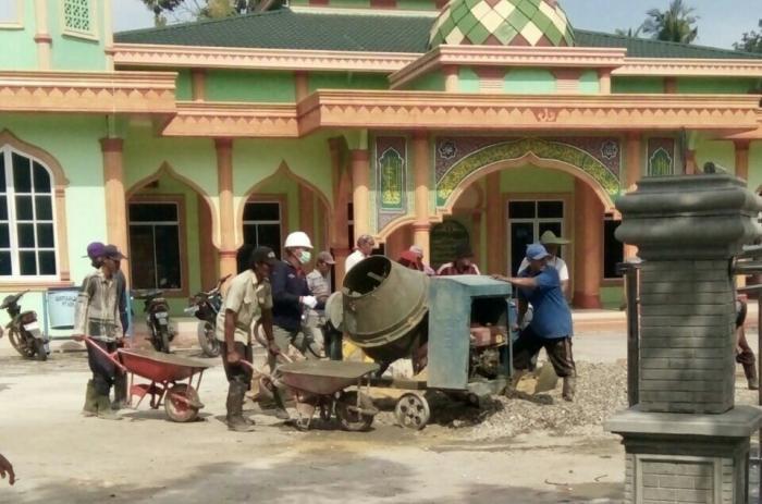 PT SDS Bantu Semenisasi Halaman Masjid Al-Ala Lubuk Gaung